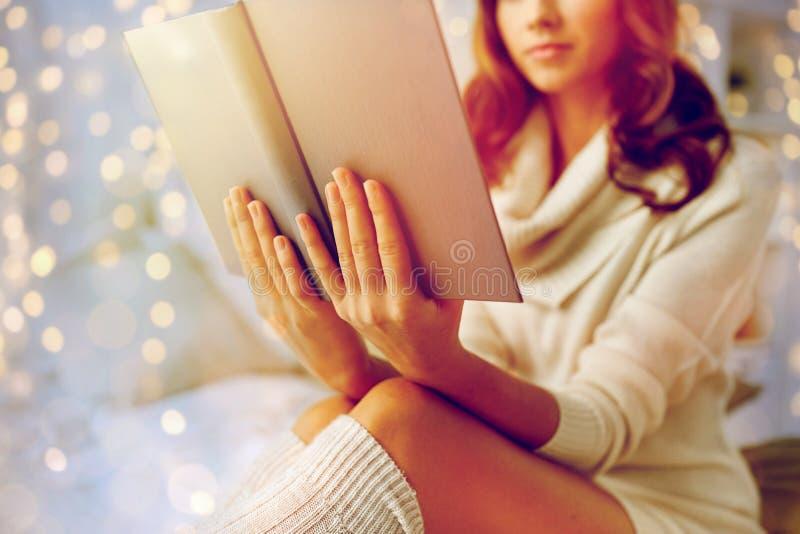 在家关闭少妇阅读书 图库摄影
