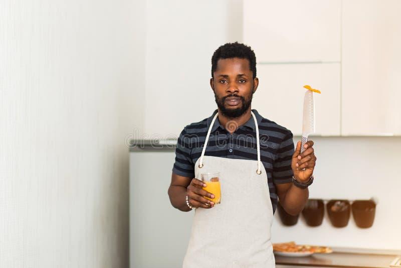在家准备健康食品的非洲人在厨房里 库存图片