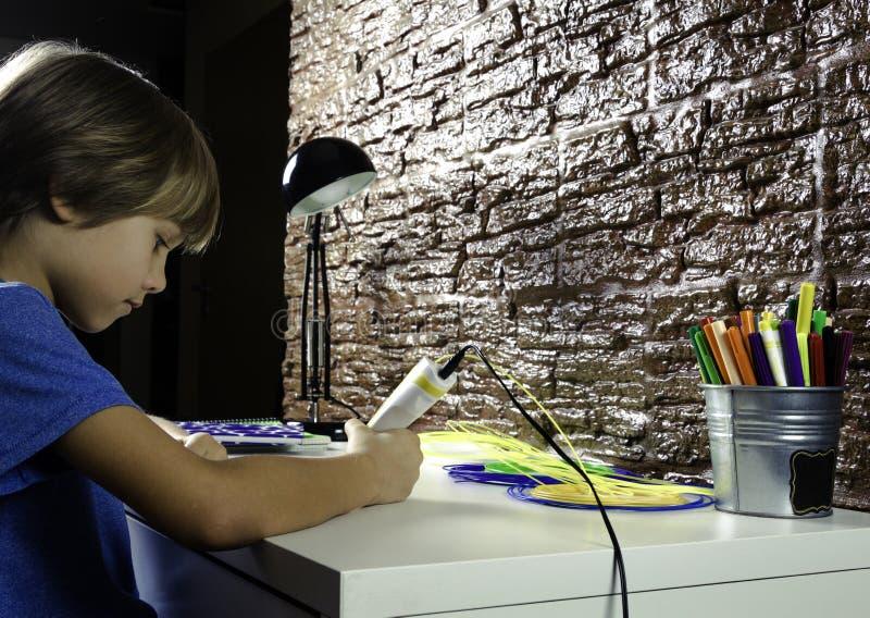 在家创造用3D打印笔的孩子 做新的项目的男孩 创造性,技术,休闲,教育概念 免版税库存图片