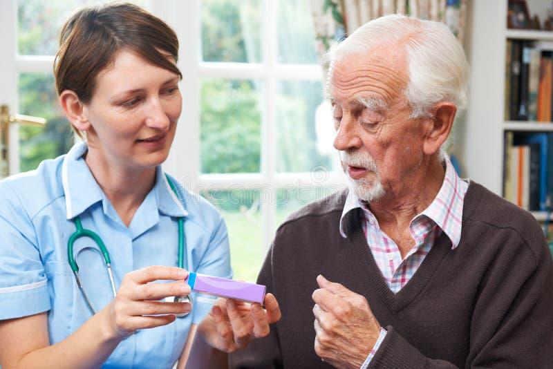 在家劝告的护士疗程的老人 库存照片