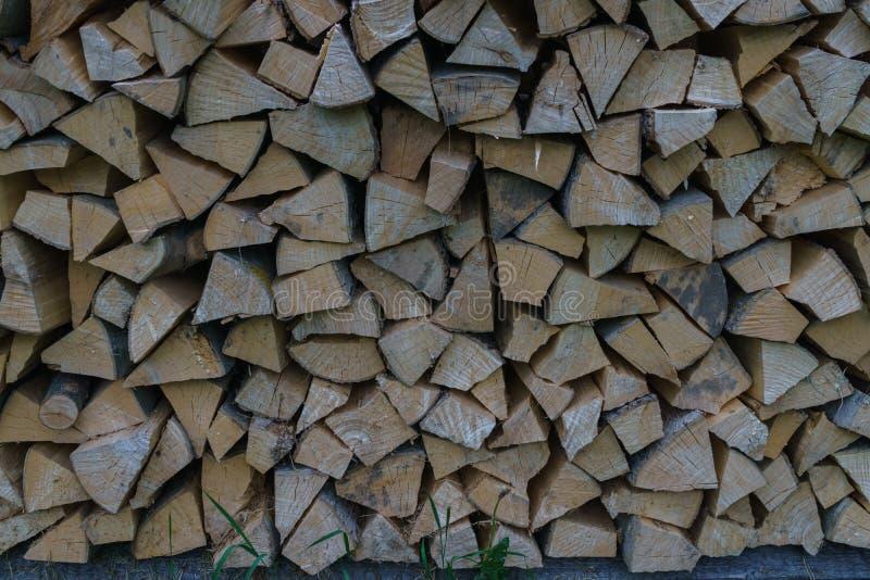 在家加热的火炉和浴的燃料 ( 木木柴在墙壁被放置 自然木头 免版税库存照片