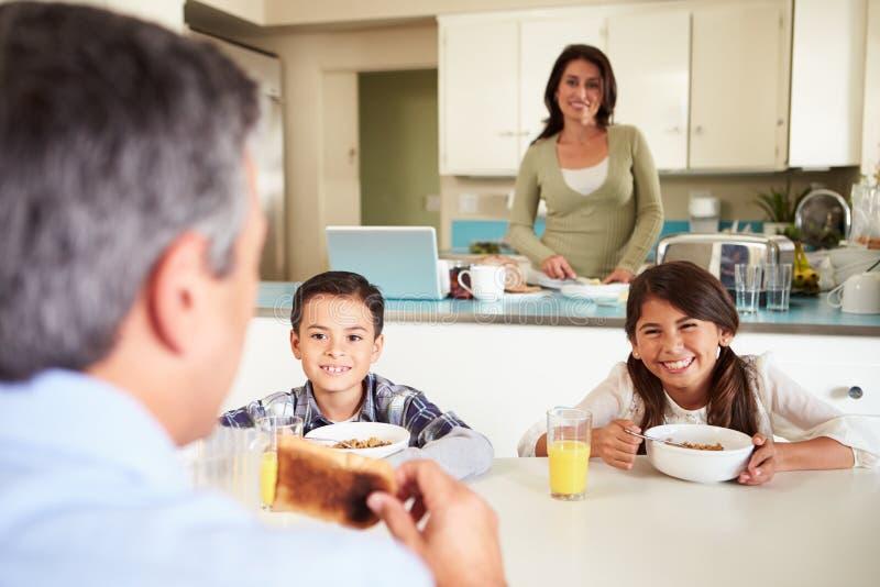 在家吃早餐的西班牙家庭一起 免版税图库摄影