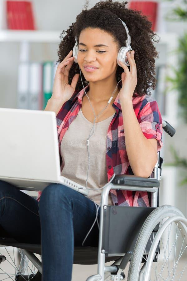 在家听到音乐的有残障的妇女 免版税图库摄影
