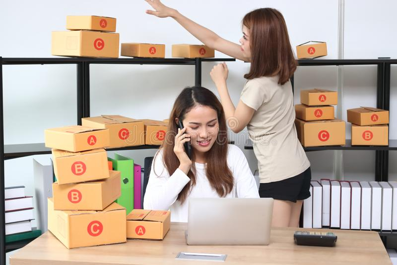 在家在工作场所的少年亚洲企业家所有者 开始小企业 库存照片