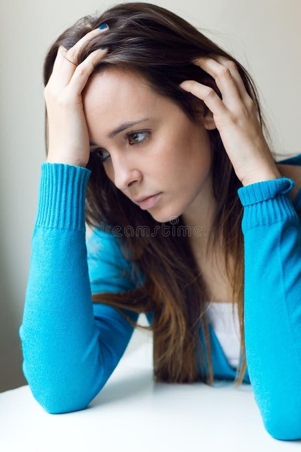 在家坐沮丧的少妇 免版税图库摄影