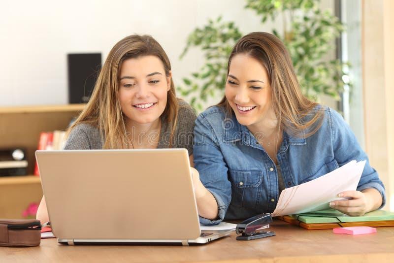 在家学习在线的学生 库存照片