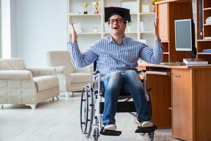 在家学习在轮椅的残疾学生 免版税库存图片