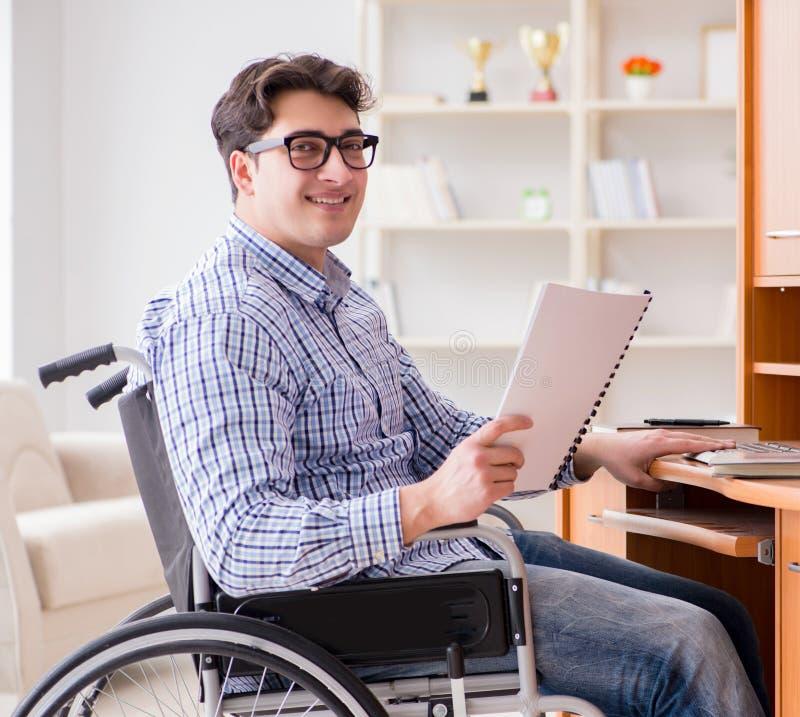 在家学习在轮椅的残疾学生 免版税库存照片