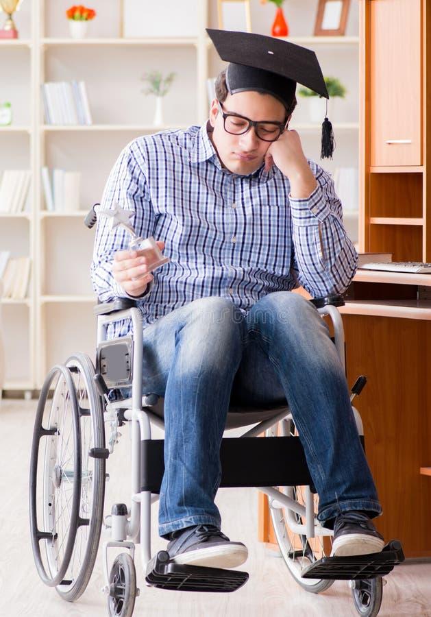 在家学习在轮椅的残疾学生 库存图片