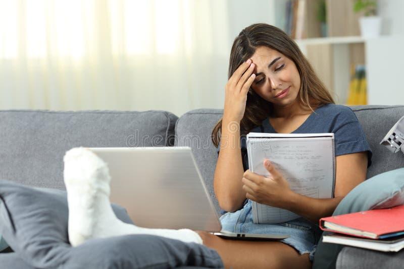在家学习在长沙发的担心的残疾学生 库存图片