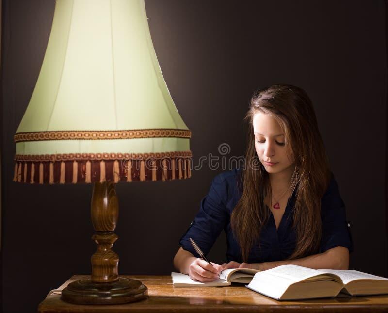 在家学习夜间。 库存图片