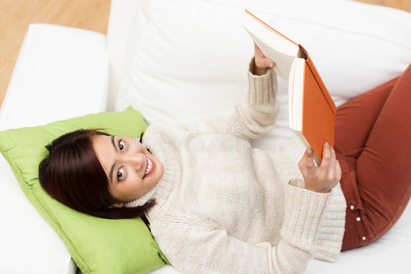 在家学习愉快的年轻亚裔的学生 免版税库存照片