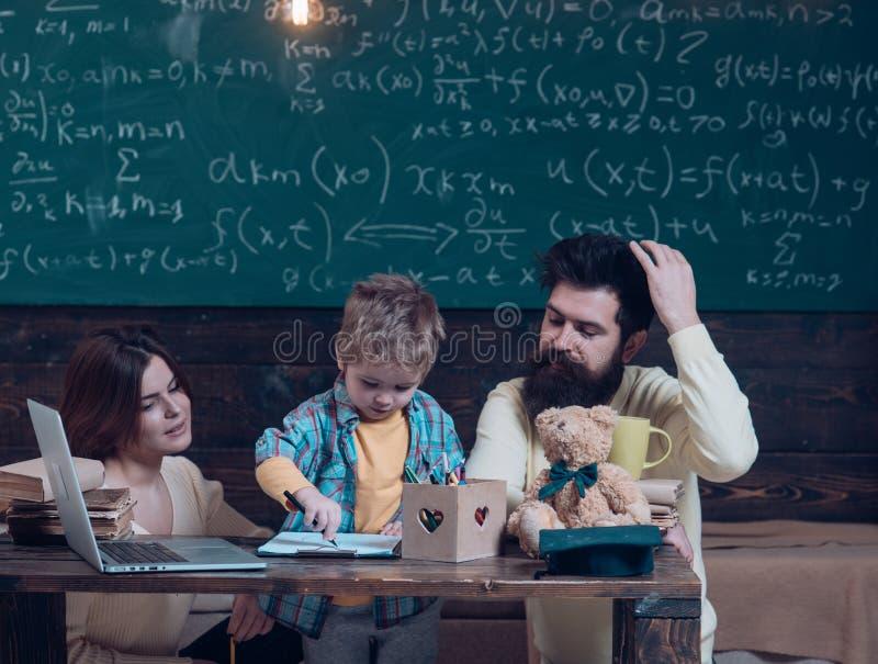 在家学会和教育 在家学会充满家庭爱 学会在家画与父母的小孩 图库摄影
