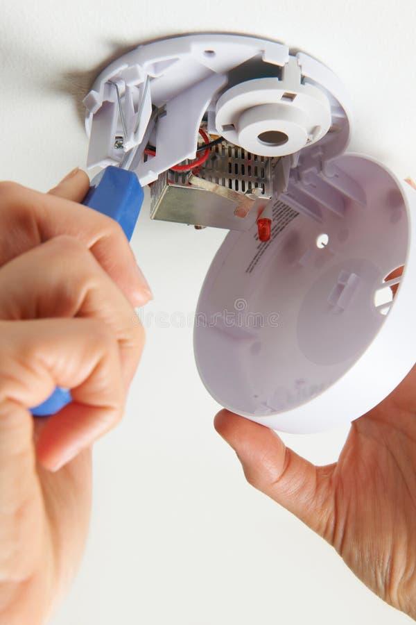 在家安装烟检测器 库存图片