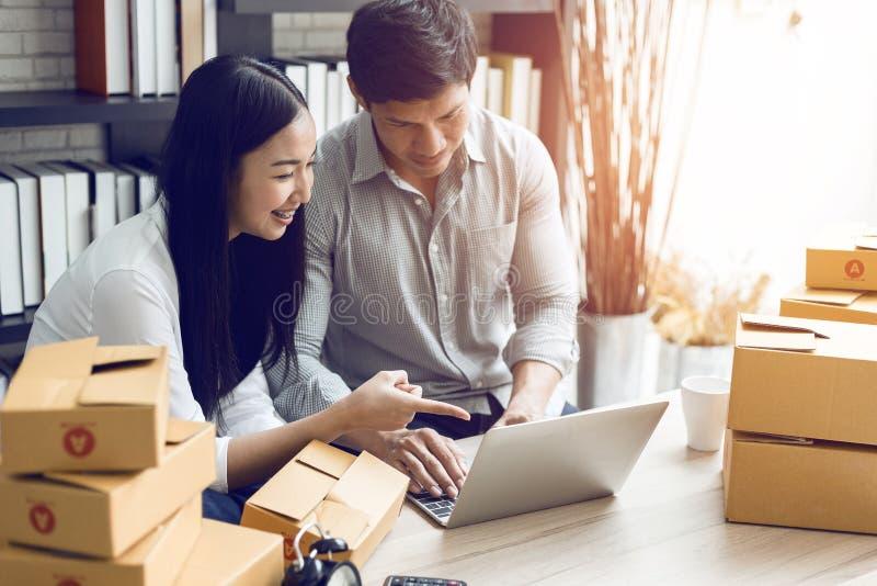在家工作在便携式计算机办公室的妇女和人 免版税库存图片