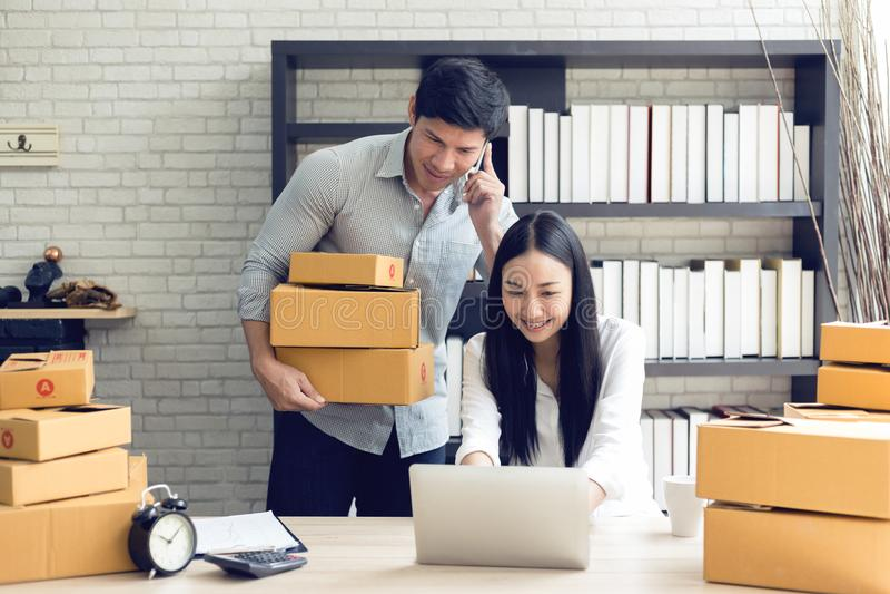在家工作在便携式计算机办公室的妇女和人 库存图片