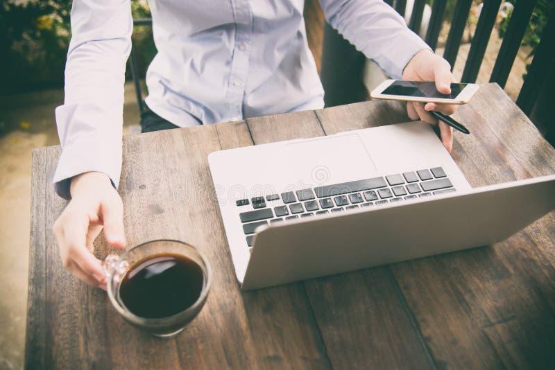 在家工作在键盘关闭的妇女办公室手  运作在她的办公室的专业女实业家的播种的图象通过 免版税库存图片