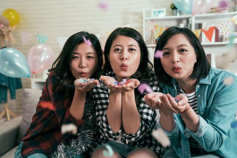 在家庆祝党的可爱的亚裔夫人 免版税库存图片