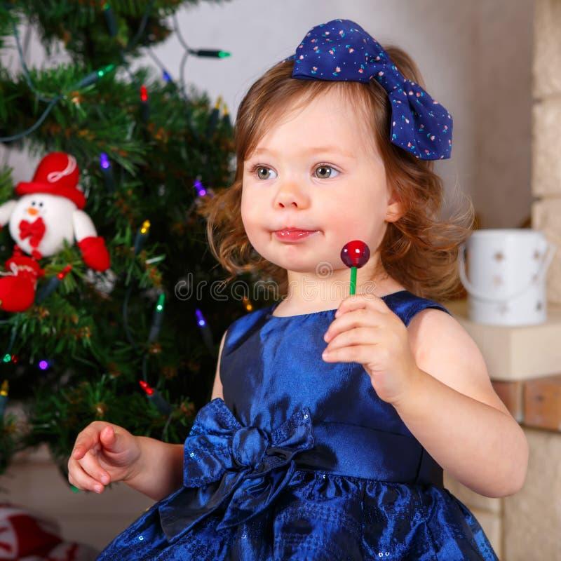 在家庆祝圣诞节假日的可爱的小孩女孩 库存照片