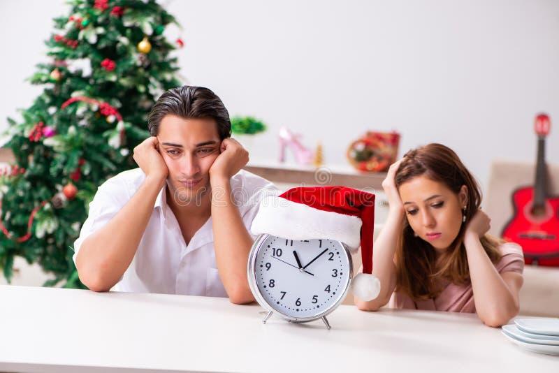 在家庆祝圣诞节的年轻夫妇 免版税图库摄影