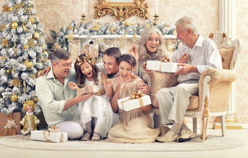 在家庆祝新年的大愉快的家庭 免版税库存照片