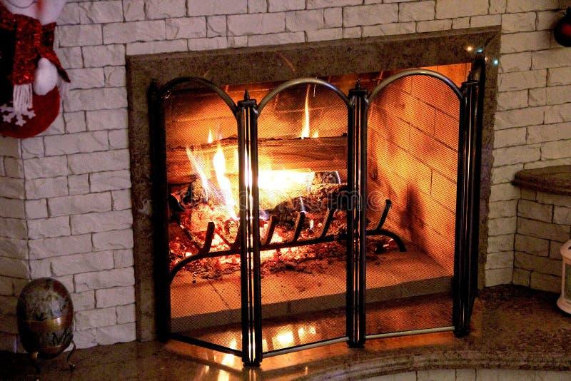 在家庭壁炉的火在圣诞夜 库存图片
