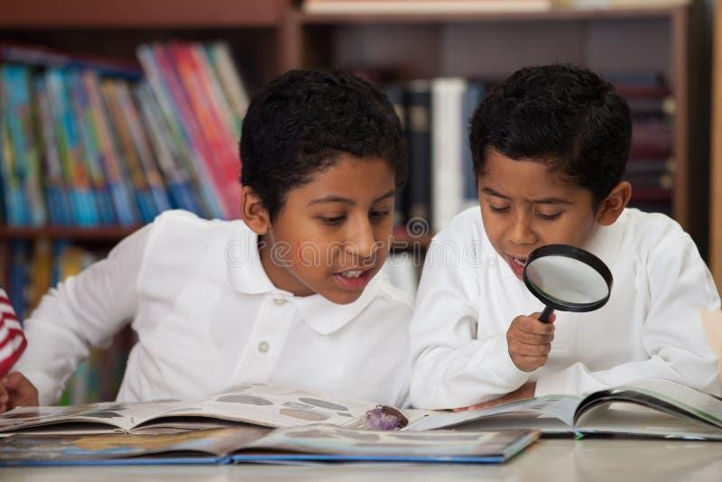 在家庭学校学习岩石的西班牙男孩 库存图片
