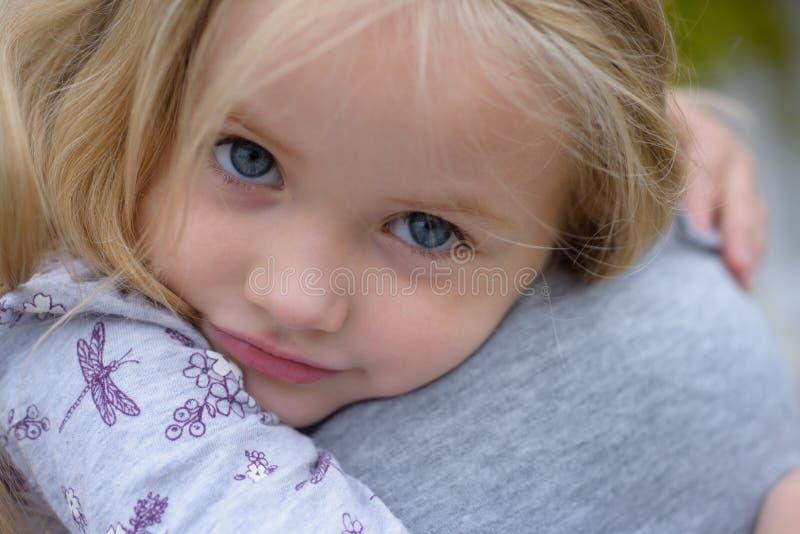 在家庭的爱 童年 夏天 日花产生母亲妈咪儿子 儿童的日 小的女婴 新概念的生活 家庭价值观 背景美好的大深色的女孩重点藏品我查出爱红色空白年轻人 免版税图库摄影