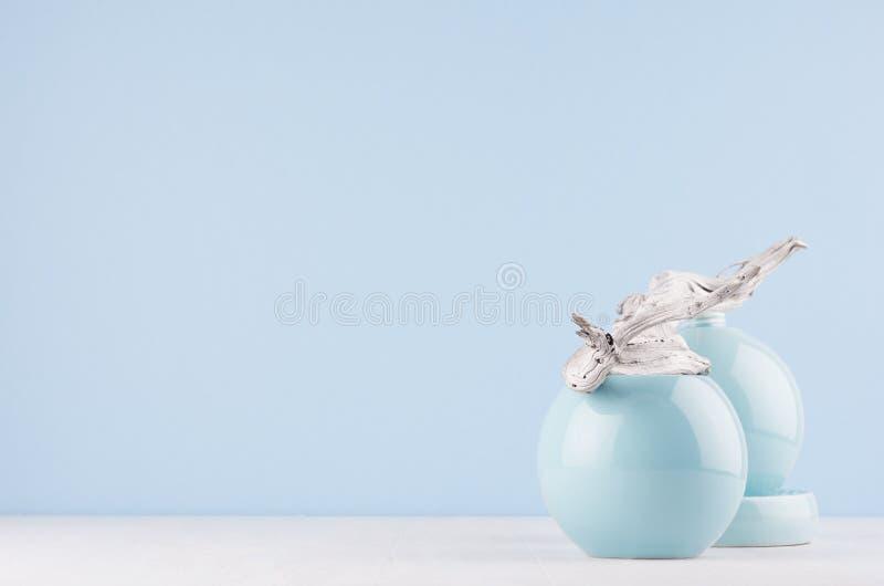 在家庭装饰-破旧的老灰色分支和光滑的陶瓷球形的日本风格在白光架子和蓝色墙壁 图库摄影