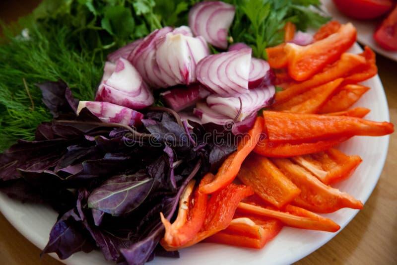 在家庭vegeterian桌上的Beautifull盘 免版税库存图片