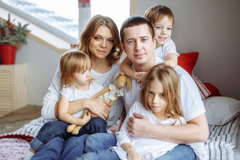 在家微笑一个愉快的家庭的画象 免版税库存照片