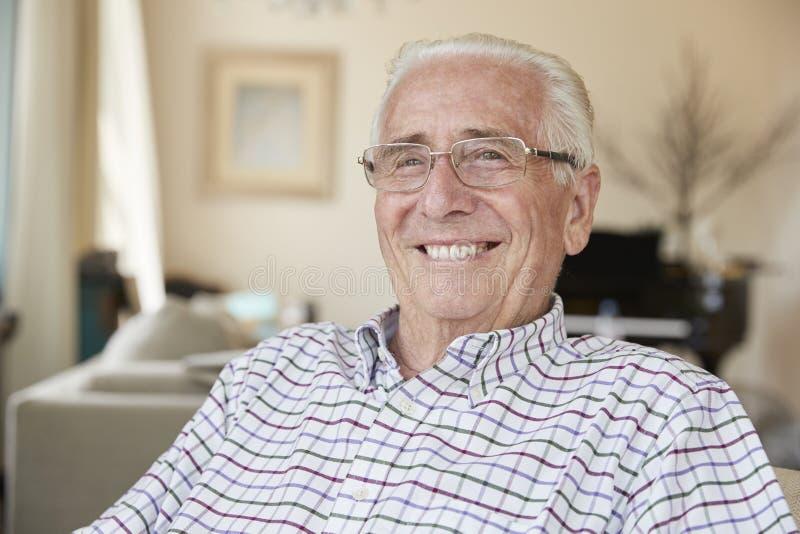 在家微笑对照相机的愉快的老人,紧密  库存照片