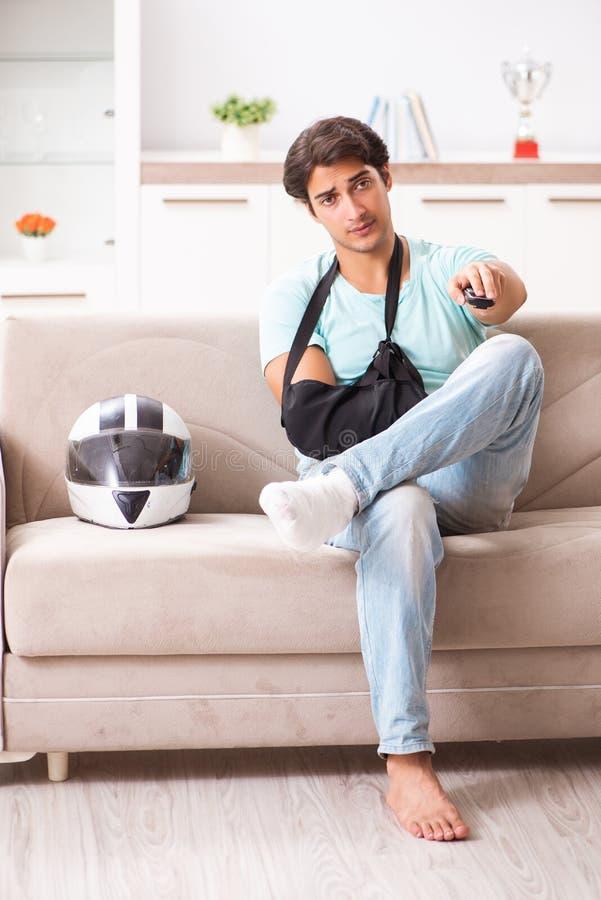 在家恢复受伤的摩托车的车手 免版税图库摄影