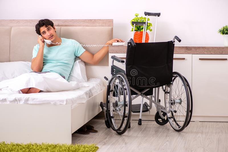 在家恢复年轻英俊的残疾的人 免版税库存图片