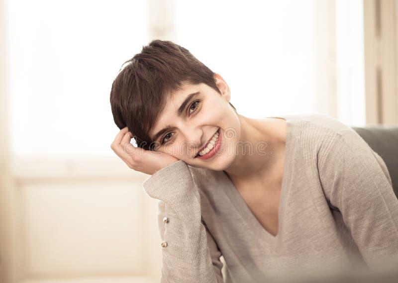 在家愉快和放松的年轻女人美丽的生活方式画象 库存图片