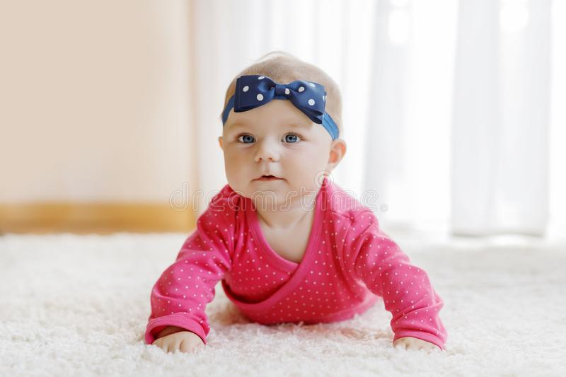 在家户内5个月的小微小的女婴画象  免版税库存照片