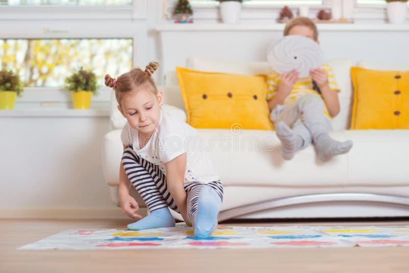 在家打扣人心弦的比赛的两个愉快的孩子 库存图片