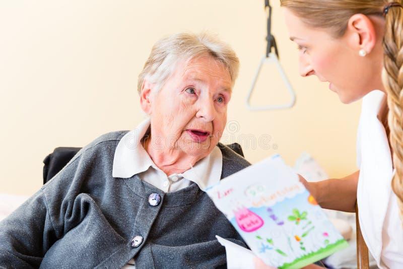 在家护理给生日贺卡资深妇女 库存图片