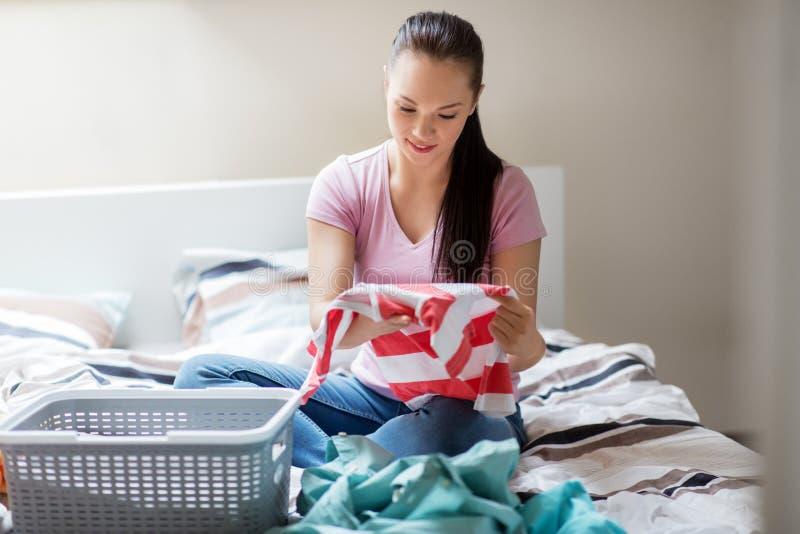 在家排序洗衣店的妇女或主妇 免版税库存照片