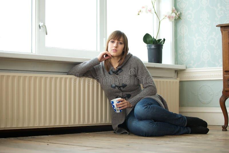在家放松与咖啡的少妇 免版税库存图片