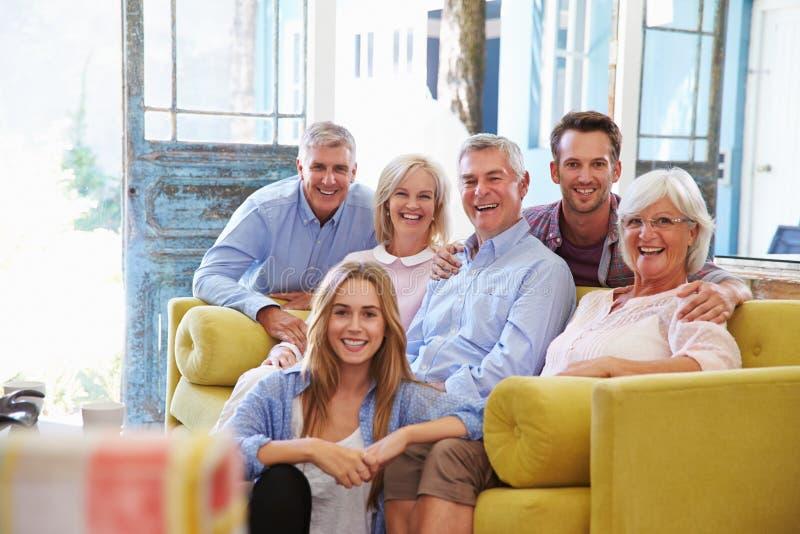 在家放松在休息室的大家庭小组 免版税库存图片