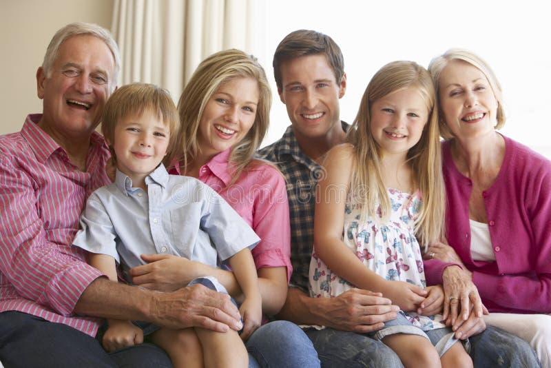 在家放松在沙发的三一代家庭 免版税库存图片
