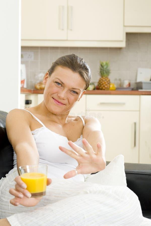 在家放松好愉快的妇女 免版税图库摄影
