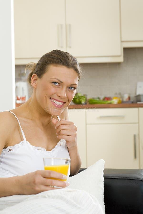 在家放松好愉快的妇女 免版税库存照片