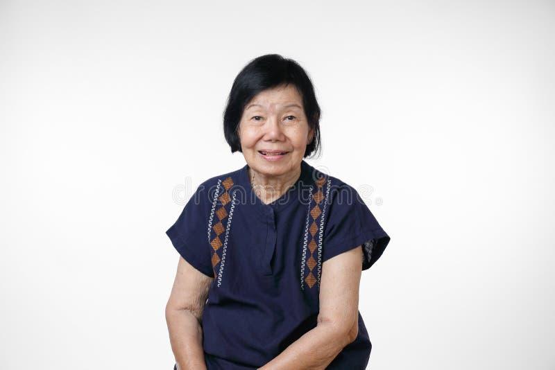 在家放松愉快的亚裔的妇女,在白色背景的孤立 免版税库存照片