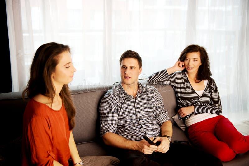 在家放松的姐妹和的兄弟 库存图片