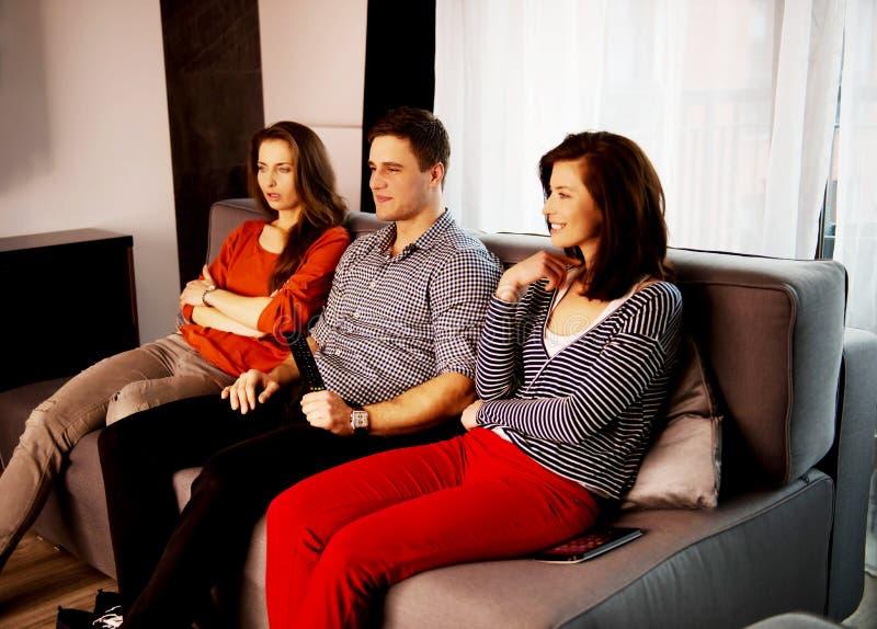 在家放松的姐妹和的兄弟 免版税图库摄影