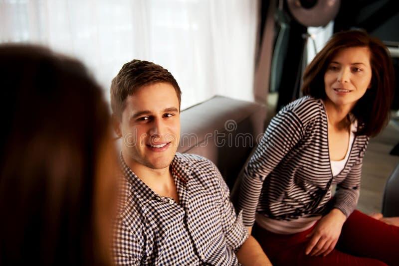在家放松的姐妹和的兄弟 免版税库存照片