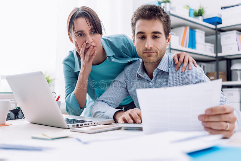 在家检查票据的夫妇 免版税库存图片