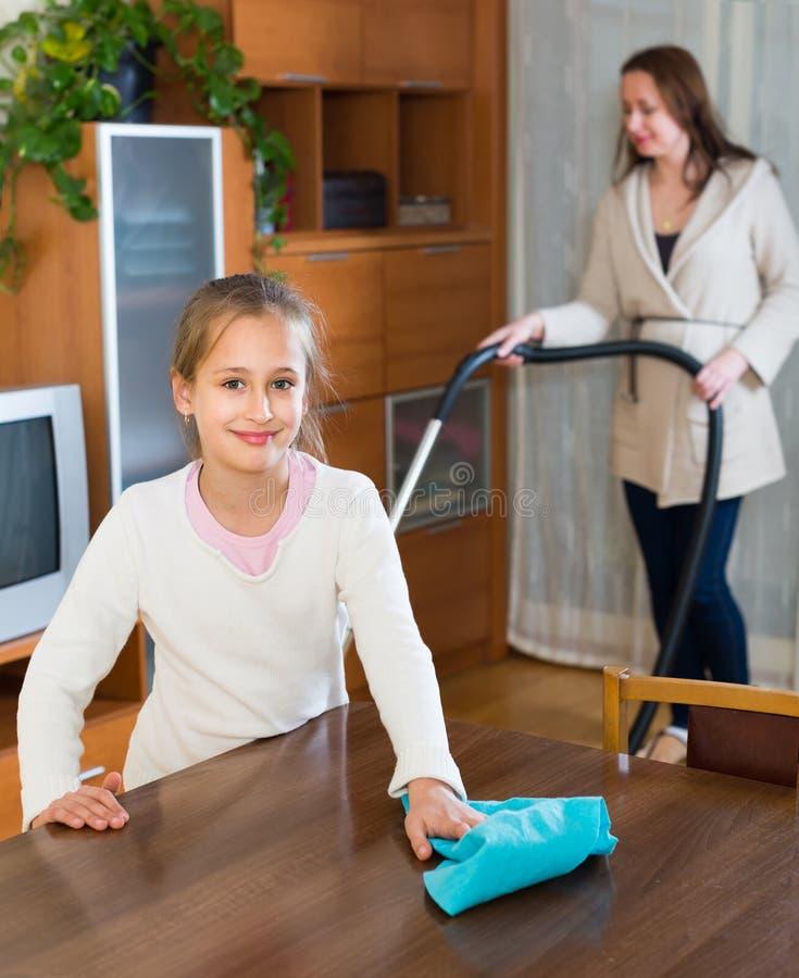 在家清洗的妇女和的女孩 免版税图库摄影